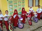 Guru SDN 77 Ganra Beri Hadiah Sepeda Siswa Barunya